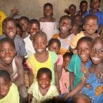Overvolle klasjes, maar altijd vrolijke gezichtjes. Die kleine kreukel in het midden mocht een dagje met haar grote zus mee.