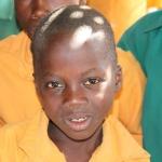 De schoolkinderen in Ghana dragen allemaal uniformpjes. Ze zijn er super trots op, want het betekent immers dat ze naar school gaan. De afgelopen jaren bestond dit uniform uit een okergele blouse, met een bruine broek of rok. Tegenwoordig zien we ook andere kleurencombinaties, afhankelijk van de school.   Er zijn nog altijd veel kinderen van wie de ouders het schoolgeld én de uniformen niet kunnen betalen. De kinderen werken dan mee op het land. Tijdens de jaarlijkse bezoeken besteedt de Stichting Ghana Medical Support altijd aandacht aan deze ouders en roept hen op om hun kinderen naar school te sturen in het belang van hun toekomst.   De communicatie met de kinderen verloopt in het Engels.  De ouders zijn dikwijls analfabeet. Zij zijn het Engels niet machtig. Communicatie met hen verloopt via tolken, maar tegenwoordig tolken de kinderen tussen ons en hun ouders.